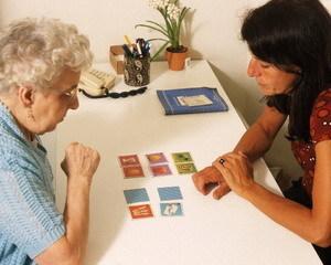 Как помочь при болезни Паркинсона и Альцгеймера: механизмы проявления болезней и методы помощи больным людям